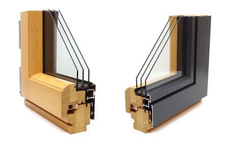 ventana de aluminio con la muestra de madera envoltura