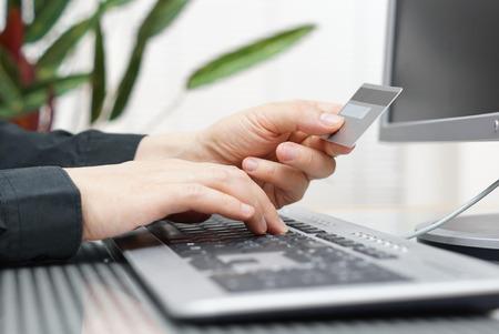 Man wird mit Kreditkarte und Computer für Online-Zahlungs Internet-Shopping-Konzept
