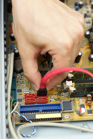 załączyć: Komputer mechanik dołączyć kabel dysku twardego do płyty głównej Zdjęcie Seryjne