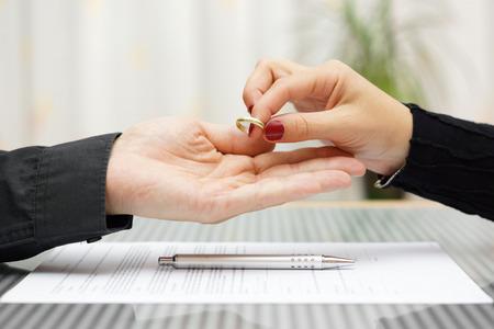 mujer regresó el anillo de bodas al concepto de divorcio el marido Foto de archivo