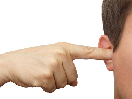 molesto: hombre obstruir sus oídos con los dedos Foto de archivo