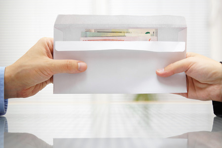 Woman geben Umschlag mit Geld zum Mann