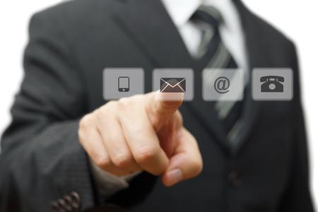 Sanal (posta, telefon, e-posta) düğmelerine basarak İşadamı. cutomer destek kavramı Stok Fotoğraf