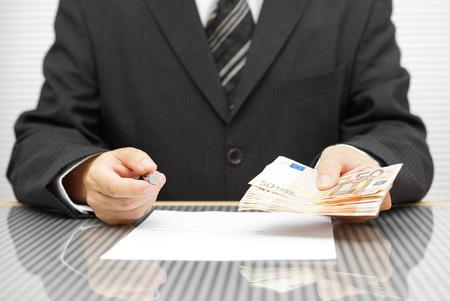 Banker mit Geld, wenn Sie unterschreiben