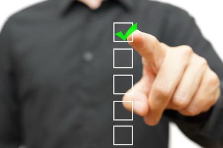 Junge Unternehmer Überprüfung Markierung auf Checkliste mit Marker.