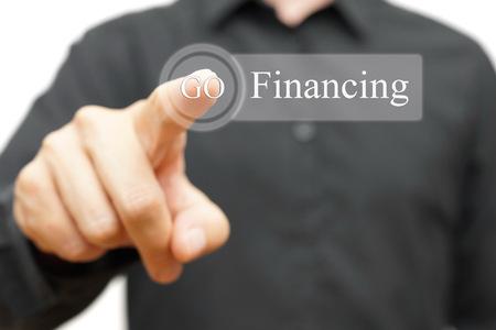 fondos negocios: hombre de negocios presionando el botón de financiación Foto de archivo