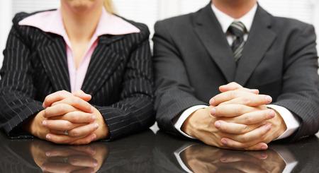 lenguaje corporal: Los gerentes están entrevistando a candidatos para empleo