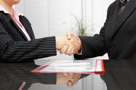 contratos: Abogado y cliente están apretón de manos después exitosa reunión