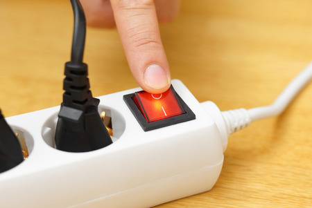 schalten Sie die Taste auf Netzanschluss auf der Stromrechnung sparen Lizenzfreie Bilder