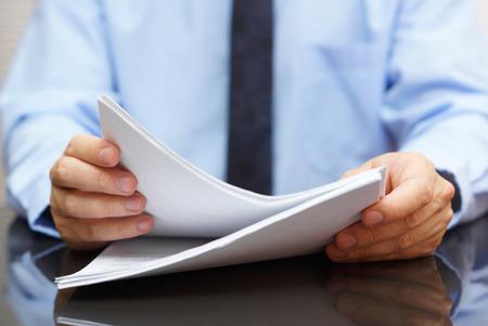 documentos legales: auditor está leyendo la documentación