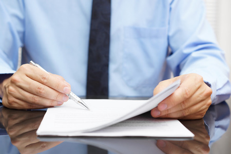 contrato de trabajo: empresario est� comprobando precio final de contrato Foto de archivo