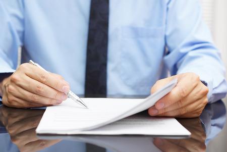 zakenman controleert uiteindelijke prijs in contract