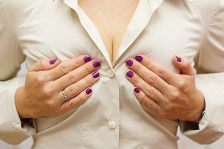 Frau hält ihre Brüste Standard-Bild