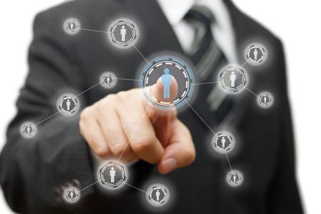 Zakenman op virtuele knop op het scherm. netwerk, de gemeenschap en de sociale media concept Stockfoto