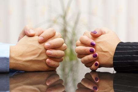 conflicto: El hombre y la mujer se sienta en un escritorio con las manos juntas. problemas matrimoniales, conflictos y concepto obstinado Foto de archivo