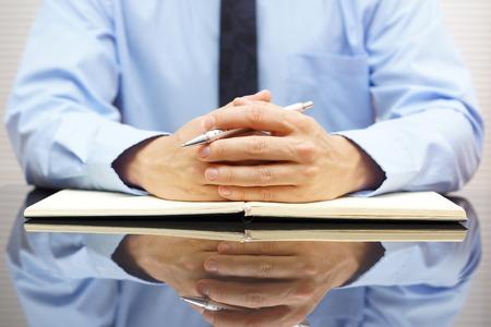 Geschäftsmann in seinem Büro sitzen und verhörten seine Klienten Standard-Bild