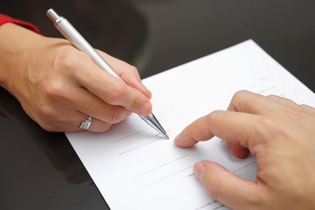 Man toont vrouw waar te ondertekenen