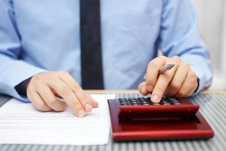Geschäftsmann Berechnung und Überprüfung der Vereinbarung Artikel Lizenzfreie Bilder