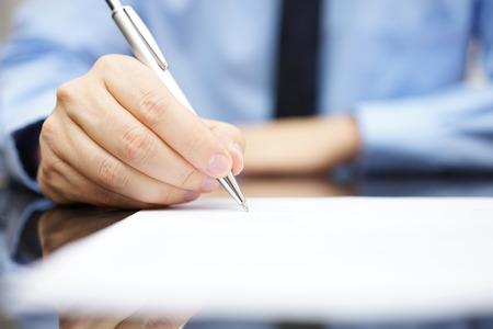Zakenman ondertekening van het contract om een deal af te ronden Stockfoto