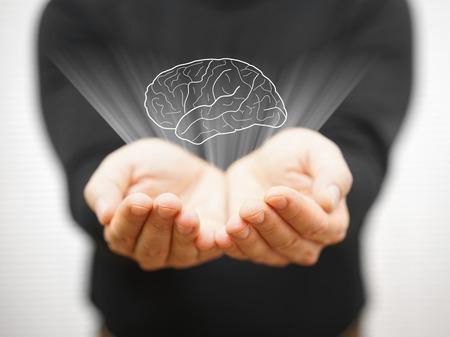 man blijkt virtuele hersenen op open palm, idee concept