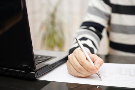 persona escribiendo: hombre est� escribiendo documento o estudiar con un ordenador port�til en casa al lado