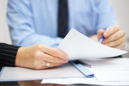 Geschäftsleute, die im Büro diskutieren und analysieren Dokument