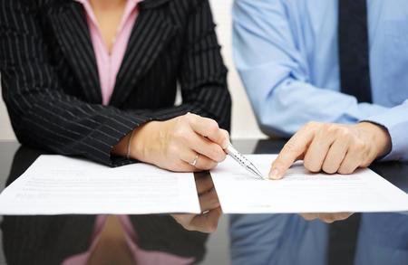 revisando documentos: empresario y de negocios est�n se�alando al art�culo del tratado Foto de archivo