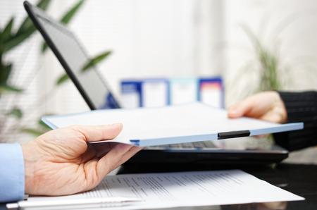 legal document: empresario y de negocios están intercambiando documento o contrato Foto de archivo