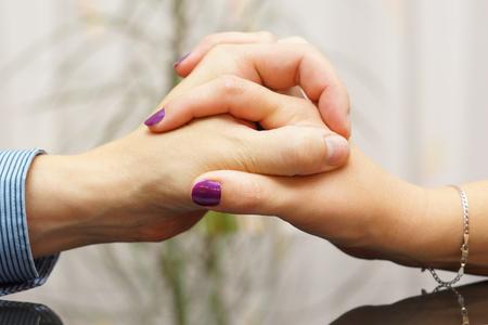 empatia: Hombre y mujer que muestran amor y cuidado el uno al otro con las manos Foto de archivo