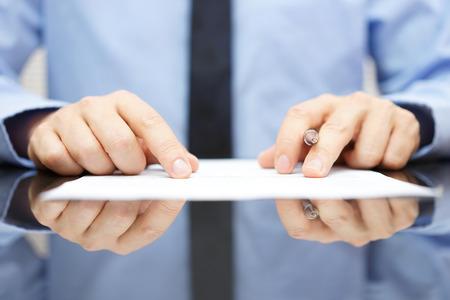 documentos legales: hombre de negocios está leyendo cuidadosamente contrato