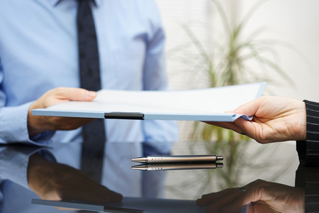 abogado: hombre de negocios está pasando acuerdo firmado con el cliente después de la negociación exitosa Foto de archivo