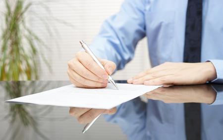 contrato de trabajo: hombre de negocios es la firma de contrato para finalizar trato
