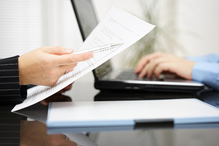 변호사는 계약에 조약 문서를 가리키는 스톡 콘텐츠 - 36086120