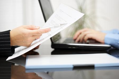 Advocaat wijst naar verdrag artikel over contract Stockfoto