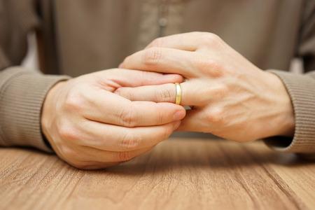 Man is taking off the wedding ring Foto de archivo