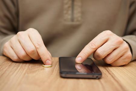 anillos de matrimonio: El hombre est� coqueteando con otra mujer sobre el tel�fono m�vil para ir en fecha y sin anillo de bodas. Concepto de enga�o Foto de archivo