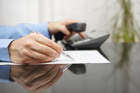empresario pide consejos al leer contrato Foto de archivo