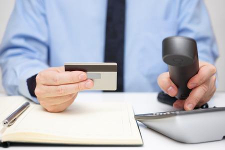 incremento: hombre de negocios con teléfono de marcación de tarjetas de crédito para el apoyo Foto de archivo