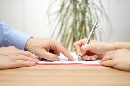 documentos: el hombre est� apuntando un lugar donde debe firmar el acuerdo Foto de archivo