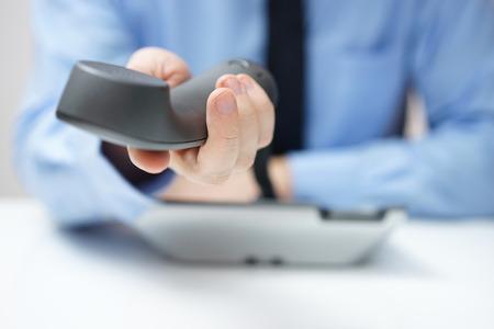 zakenman is het aanbieden van telefoonhoorn