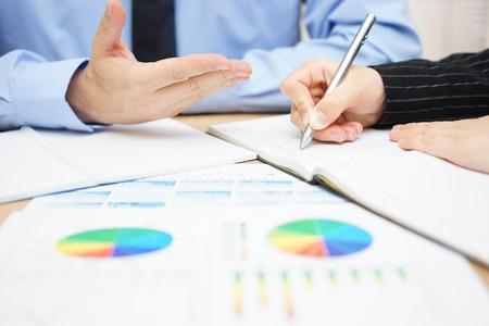 Berater erklären Lösungen für seine Kunden