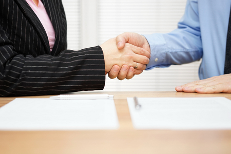 client en zaken zijn handen schudden na een ontmoeting Stockfoto