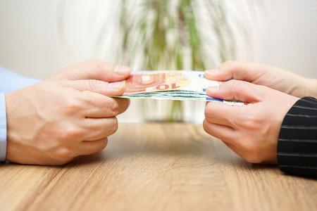 Mann und Frau sind über Geld kämpfen Lizenzfreie Bilder