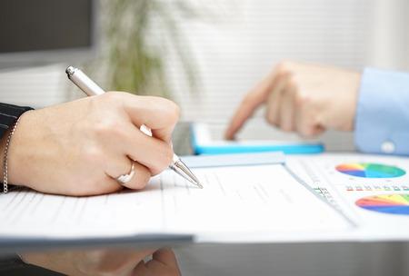 auditoría: la gente de negocios que trabajan en la reunión y el análisis de los números en el documento y la tableta Foto de archivo