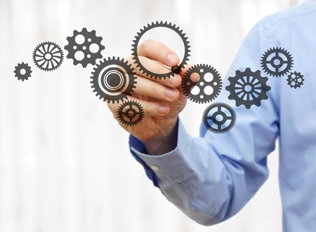 znalost: inženýr nakreslí řetězová kola. Technologie a průmysl koncepce Reklamní fotografie