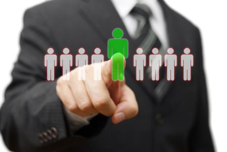 uomo d'affari scegliendo partner giusto da molti candidati
