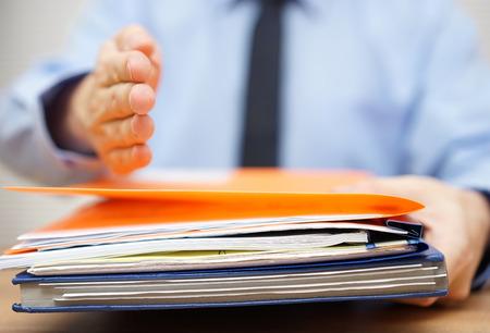 carpeta: empresario está ofreciendo la mano a su pareja si él acepta la documentación