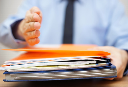 zakenman is het aanbieden van de hand te zijn partner als hij documentatie accepteren