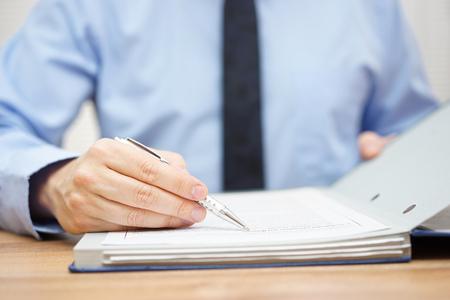 accountant onderzoekt artikelen van overeenkomst Stockfoto