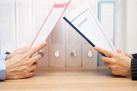 legal document: hombre de negocios y la mujer est�n leyendo acuerdo